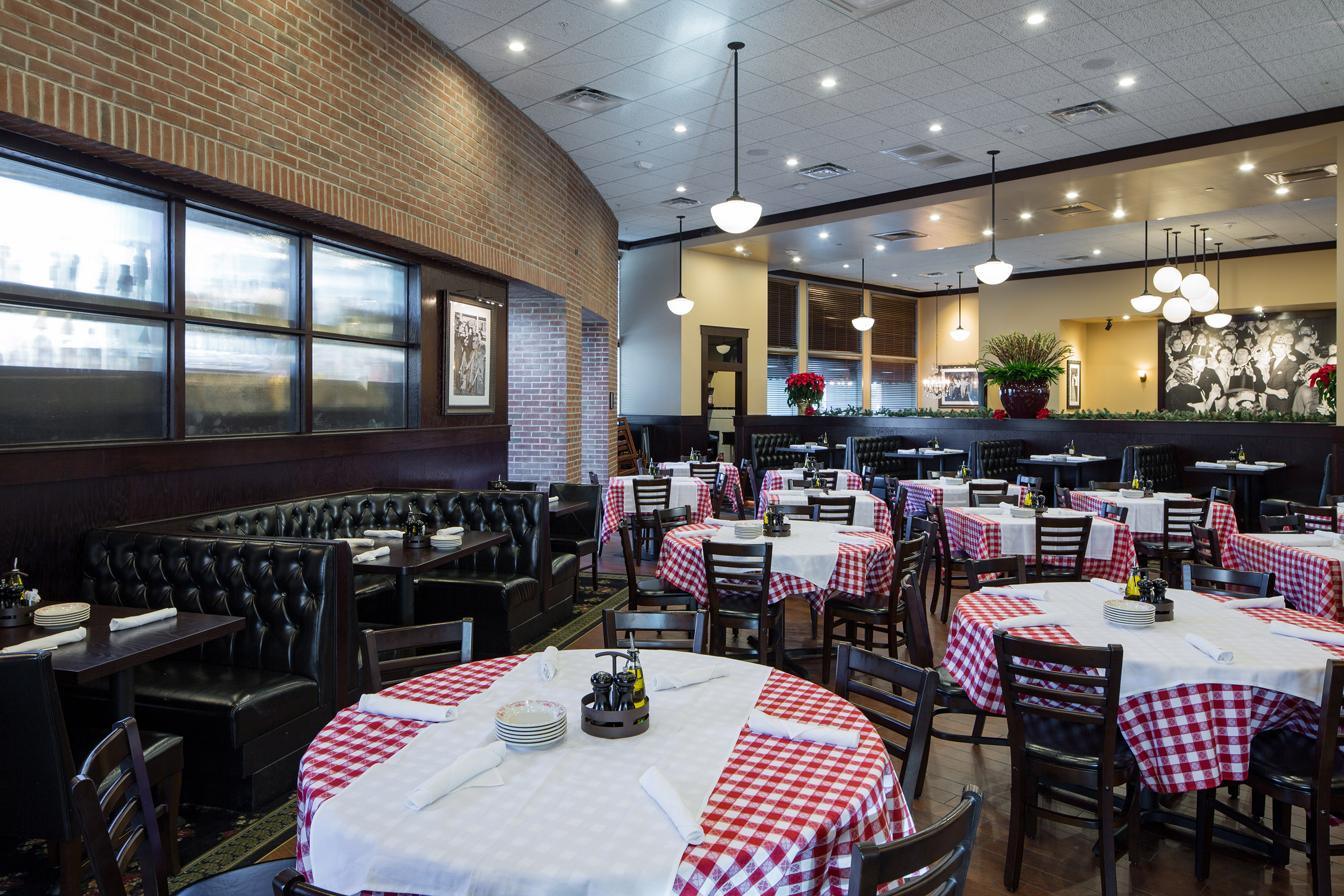 Maggiano S Little Italy Restaurant Serves Family Style
